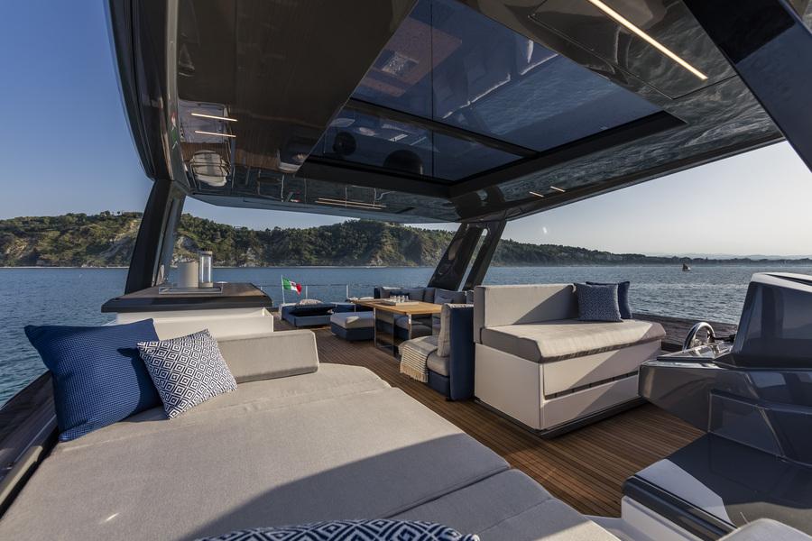 ANG-Yachts-Ferretti-780-Saint-Tropez-Toit-Lumineux