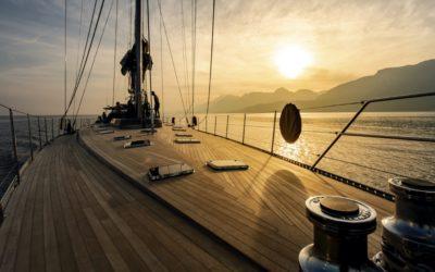 Yachts et bateaux de luxe dans la baie de Saint-Tropez